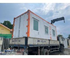 Container sơn màu trắng viền cam